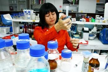 La doctora en bioquímica Claudia Ortiz, coordinadora del proyecto de fitotecnología de la Universidad de Santiago, que remedia los suelos con plantas endémicas. Crédito: Cortesía de la Universidad de Santiago